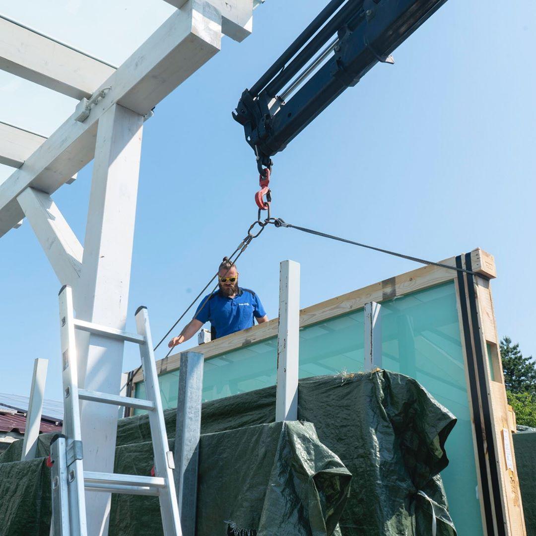 Hier seht ihr wie bei uns Glaskisten bis zu 2 Tonnen verladen werden. Die Spiege
