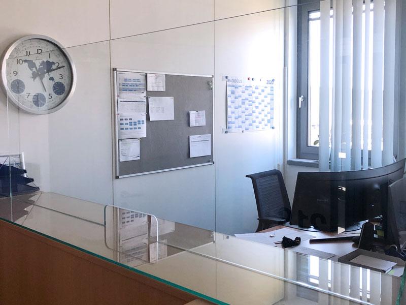 Mobiler Hustenschutz Glas mit Durchreiche im Büro