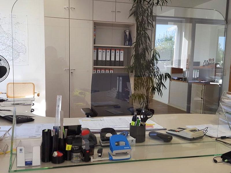 Mobile Schutzscheibe Trennwand steril für Großraumbüro