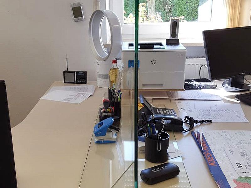 Schutzscheibe Schreibtisch Büro hygienisch