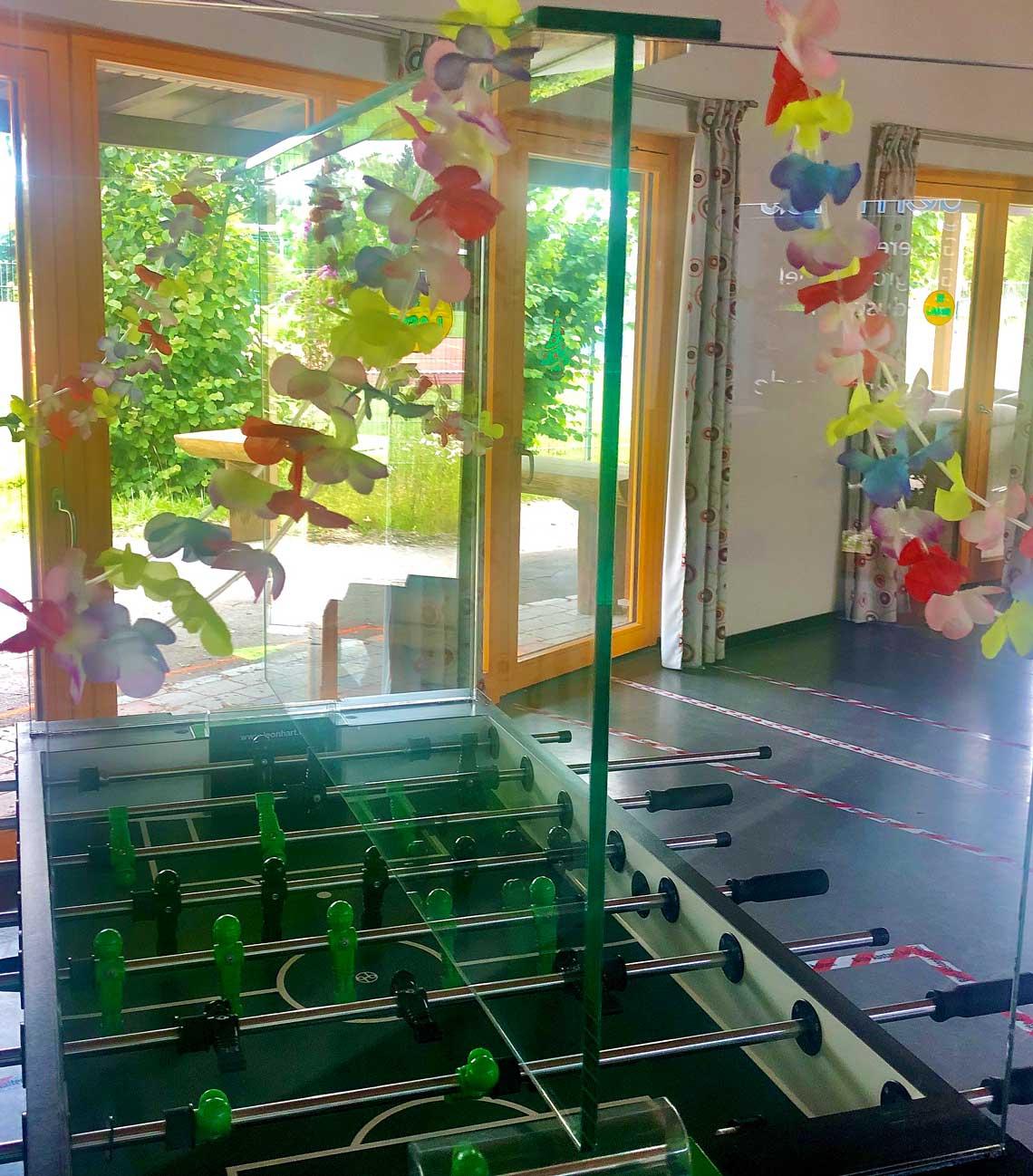 Corona Schutzwände Kicker im Jugendhaus Moosburg