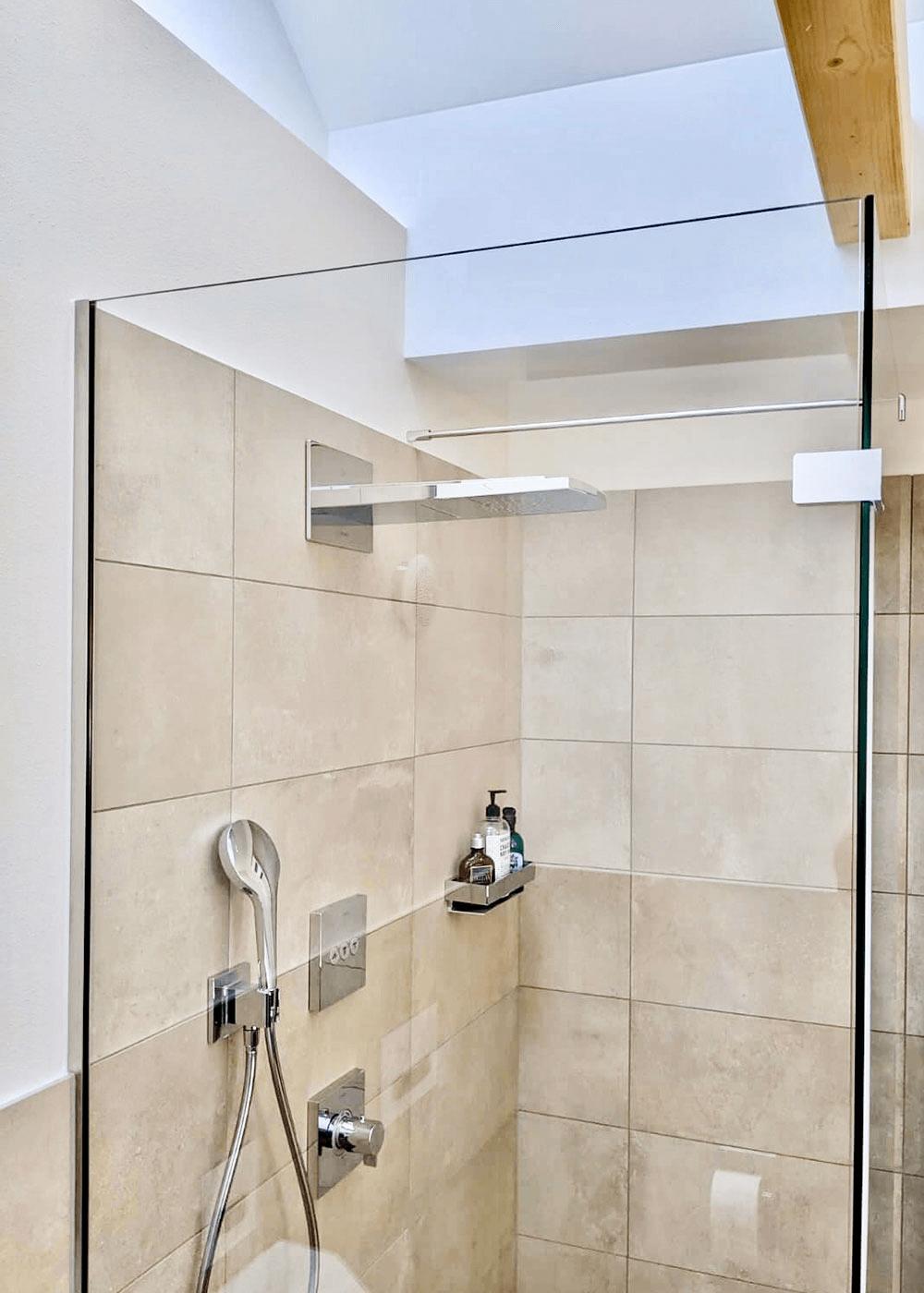 Dusche für Bad mit Dachschräge
